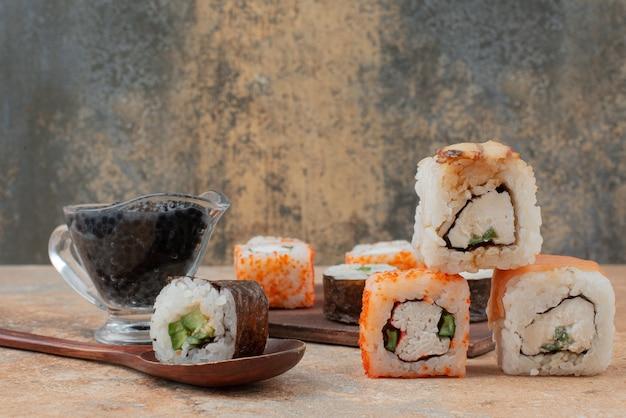 Conjunto de delicioso sushi roll em mármore.