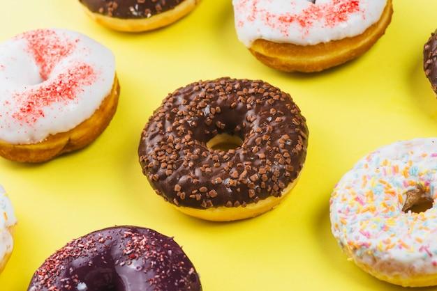Conjunto de deliciosos donuts doces com revestimento colorido