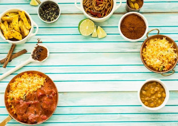 Conjunto de deliciosos pratos e especiarias