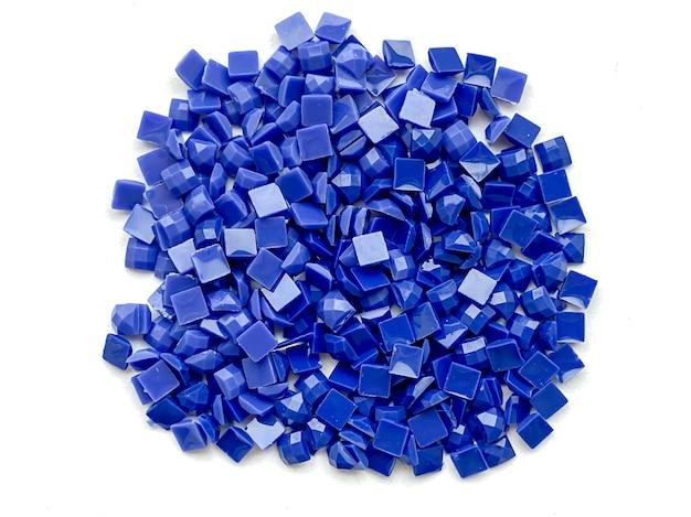 Conjunto de diamantes azuis para bordado de diamante isolado no fundo branco. hobbies e diy, materiais para a criação de bordados de diamante.