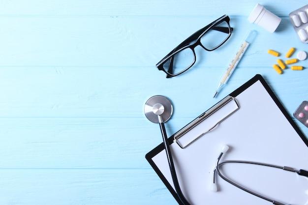 Conjunto de diferentes acessórios médicos