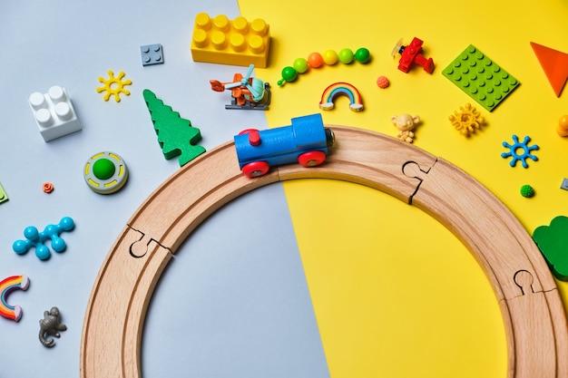 Conjunto de diferentes brinquedos infantis