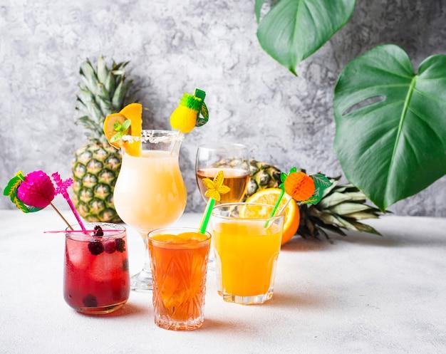 Conjunto de diferentes cocktails de verão