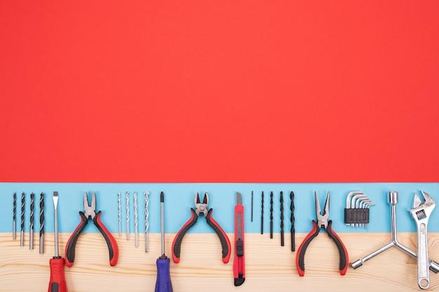 Conjunto de diferentes ferramentas mecânicas isolado vermelho-azul
