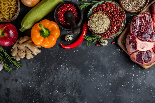 Conjunto de diferentes produtos para uma dieta saudável - vista superior de carnes, cereais, vegetais e frutas, espaço livre para texto. foto de alta qualidade