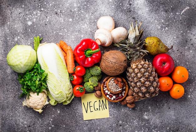 Conjunto de diferentes produtos vegetarianos e vegan.