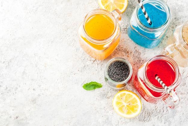 Conjunto de diferentes sementes de chia, cocktails de frutas tropicais