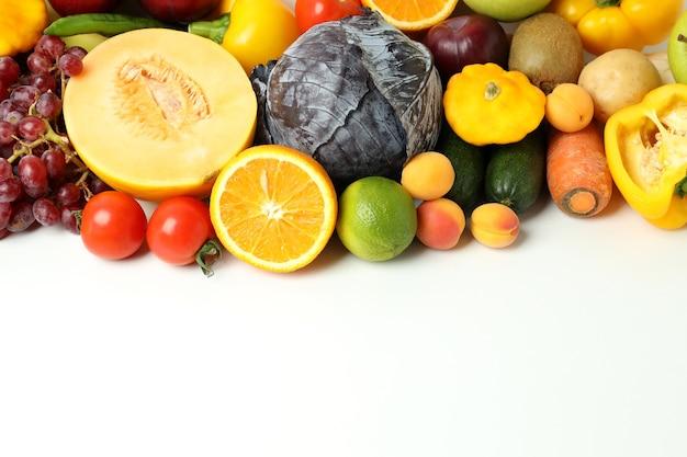Conjunto de diferentes vegetais e frutas em fundo branco