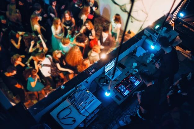 Conjunto de dj e luzes de festa