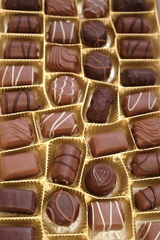Conjunto de doces de chocolate. caixa de close-up de chocolates. bombons de chocolate variados.
