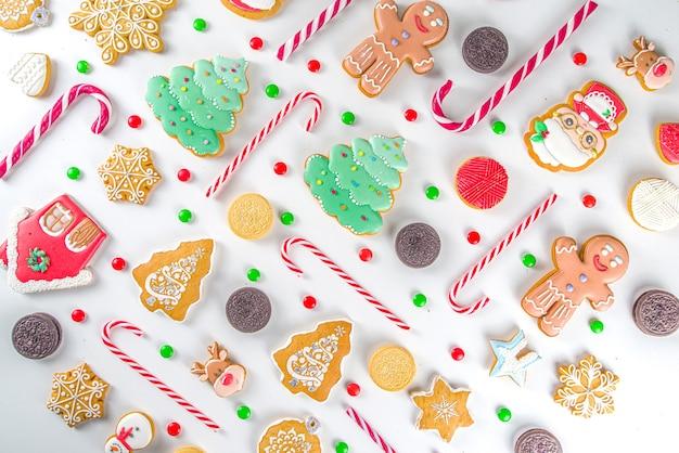 Conjunto de doces de natal. doces festivos variados de natal, doces tradicionais e biscoitos. flatlay com balas de cana-de-açúcar, pão de gengibre, doces, vista superior de padrão simples