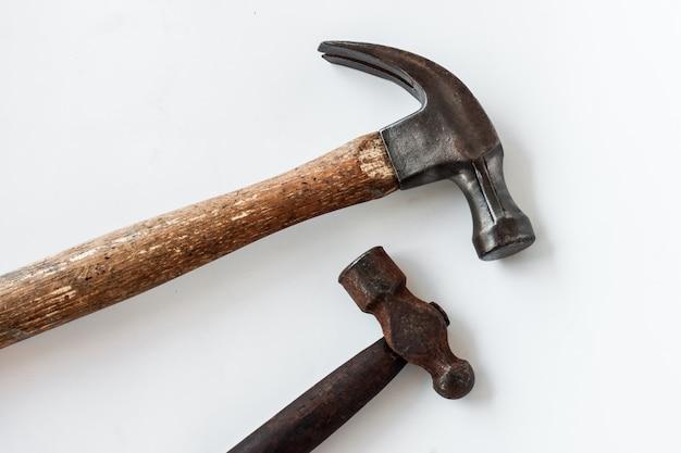 Conjunto de dois velho vindima martelo a ferramenta de artesanato para carpinteiro em fundo branco,