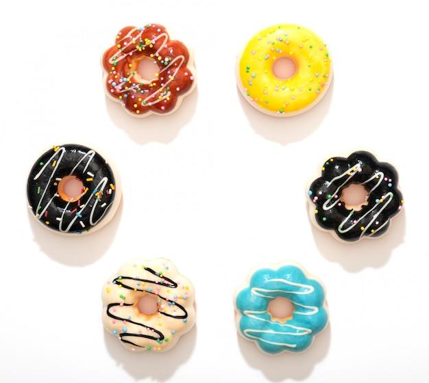 Conjunto de donuts coloridos isolado no fundo branco.