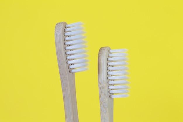 Conjunto de duas escovas de dentes de madeira de bambu da família