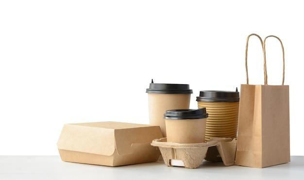 Conjunto de embalagens de fast food e bebidas isolado no branco