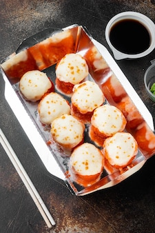 Conjunto de entrega de sushi roll, em fundo rústico escuro antigo