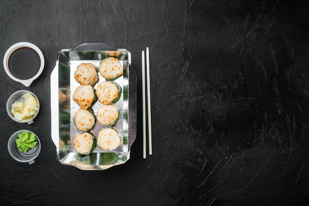 Conjunto de entrega de sushi roll, em pedra preta