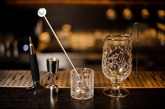Conjunto de equipamento essencial de barman no balcão do bar
