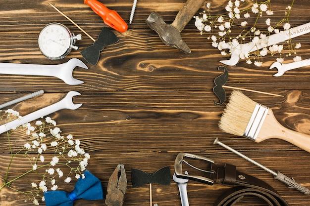 Conjunto de equipamentos de reparo perto da planta e pulseira de couro
