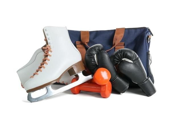 Conjunto de equipamentos esportivos em fundo branco