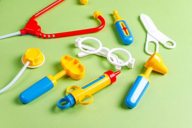 Conjunto de equipamentos médicos de brinquedo.