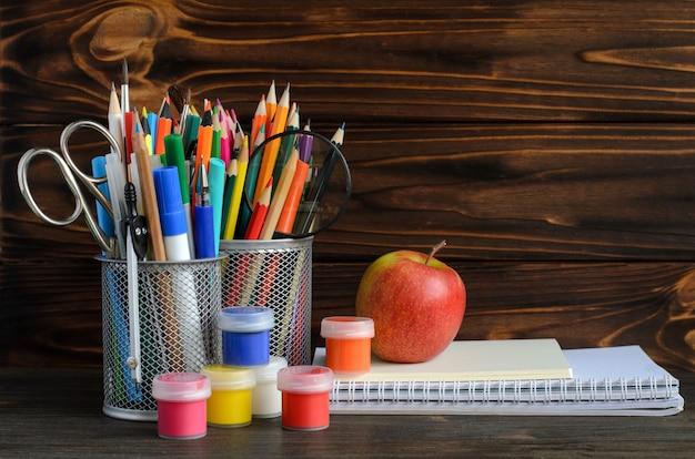 Conjunto de escola estacionária para escrita criativa e desenho, copyspace, volta ao conceito de escola