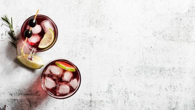 Conjunto de espaço de cópia de cocktails gelados