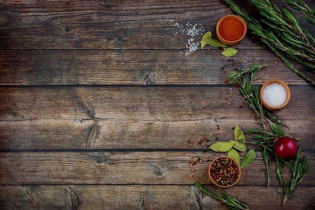 Conjunto de especiarias e ervas para fazer pratos picantes.