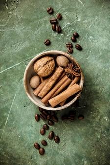 Conjunto de especiarias e grãos de café na mesa rústica, vista plana, vista superior
