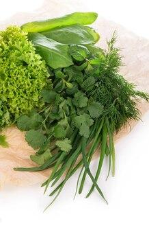 Conjunto de especiarias ervas isoladas em cachos de fundo branco de tomilho, manjericão, orégano, salsa, sálvia e alecrim estão pendurados e secando.