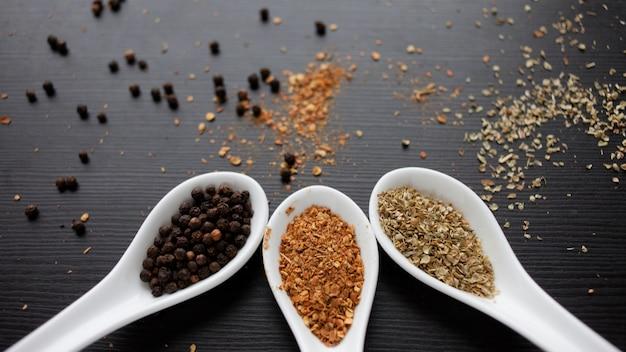 Conjunto de especiarias na colher medidora. cozinhar e temperar a gosto