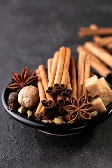 Conjunto de especiarias. vários temperos para cozinhar ou vinho quente, erva-doce, cardamomo, cravo, canela, noz-moscada