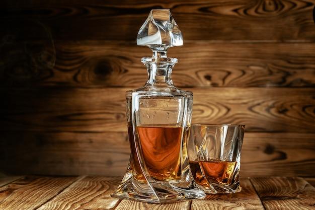 Conjunto de espíritos fortes. bebidas alcoólicas duras em copos