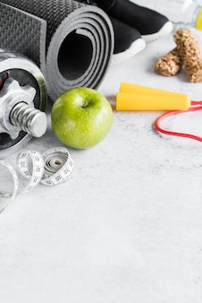 Conjunto de estilo de vida desportivo e objetos de dieta