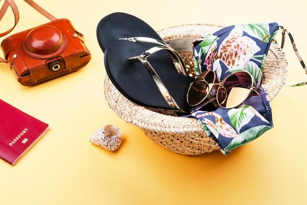Conjunto de férias de verão - chapéu, biquíni e flip flop