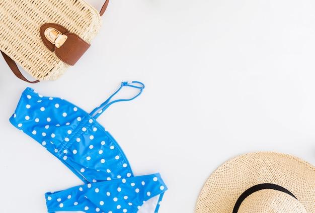 Conjunto de férias na praia tropical pertencentes ao fundo branco