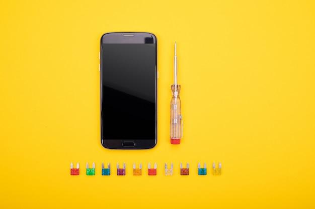 Conjunto de ferramenta elétrica com smartphone preto no colorido