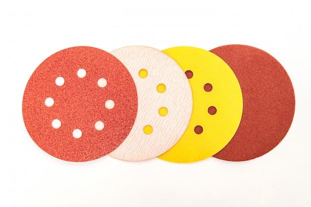 Conjunto de ferramentas abrasivas cores diferentes no espaço em branco