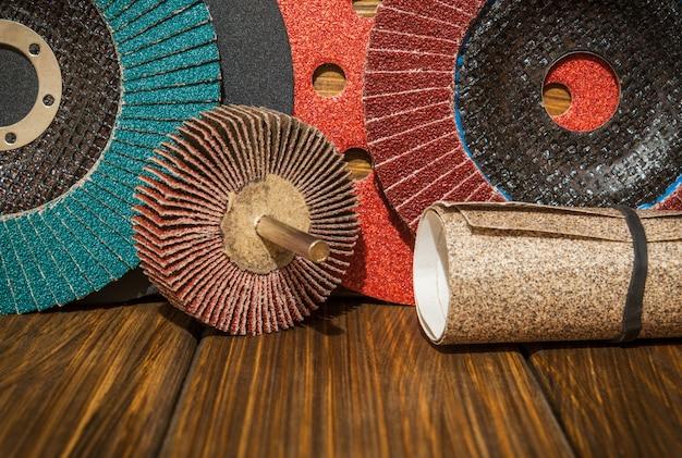 Conjunto de ferramentas abrasivas e lixa em placas de madeira vintage