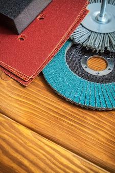Conjunto de ferramentas abrasivas e lixa marrom no assistente de tábuas de madeira vintage é usado para moer itens