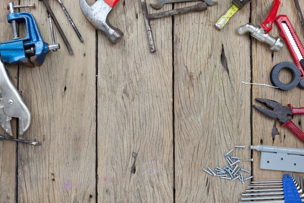 Conjunto de ferramentas antigas no conceito de fundo de madeira dia dos pais e dia do trabalho