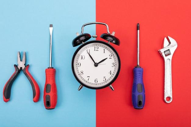 Conjunto de ferramentas com despertador em azul-vermelho