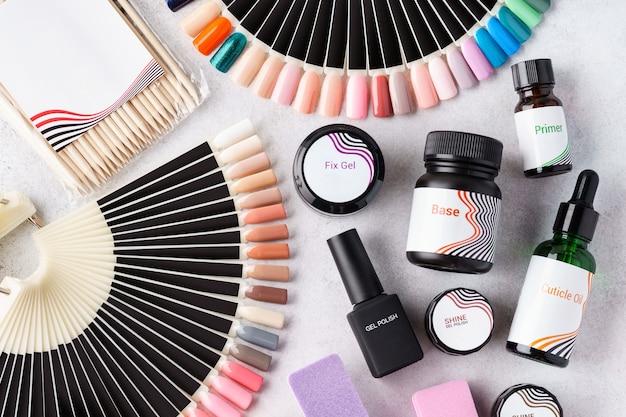 Conjunto de ferramentas cosméticas e acessórios para manicure e pedicure - esmaltes de gel, paletas de amostras, limas de unha. postura plana.