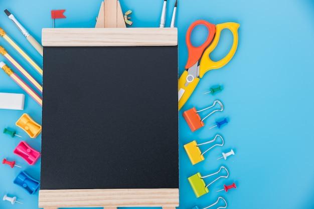 Conjunto de ferramentas da vista superior para crianças da educação