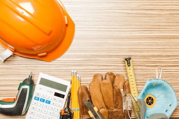Conjunto de ferramentas de arquiteto na vista superior do plano de fundo de mesa de madeira
