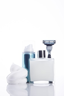Conjunto de ferramentas de barbear para homens com espaço de cópia. formato vertical. isolado no fundo branco.
