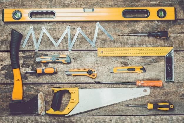 Conjunto de ferramentas de carpintaria na mesa de madeira rústica