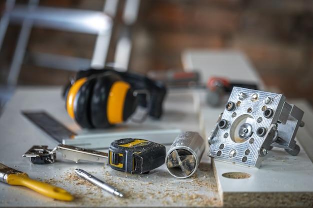 Conjunto de ferramentas de carpinteiro, acessórios para furação de precisão e medição de madeira.