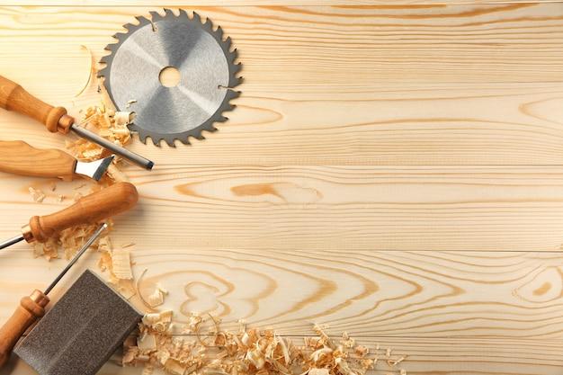 Conjunto de ferramentas de carpinteiro em madeira