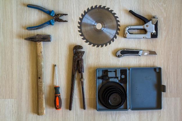 Conjunto de ferramentas de construção, construção e reparo para trabalhos de casa, mesa de madeira.